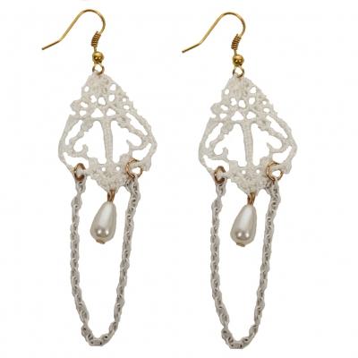 Schöne Spitzen Ohrringe mit Perle in weiß - 1